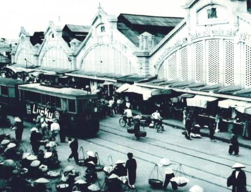 Chợ Đồng Xuân được chính quyền Pháp thuộc cho xây dựng năm 1890. Từ sau ngày quân Việt Nam Dân chủ Cộng hòa tiếp quản Hà Nội, chợ Đồng Xuân là chợ lớn nhất tại Thủ đô. Hình ảnh tàu điện leng keng, hình ảnh những bà những chị buôn thúng bán mẹt ngay trước cổng chợ là những nét đặc trưng chỉ có ở Hà Nội những ngày xưa cũ.