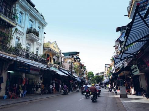 Hiện nay phố Hàng Ngang nối với Hàng Đào là khu buôn bán sầm uất đặc trưng của Hà Nội, là phố một chiều và là phố đi bộ buổi tối các ngày thứ Sáu, thứ Bảy, Chủ nhật.