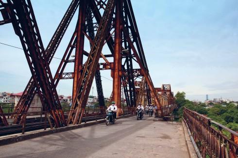Cầu Long Biên – cây cầu thép đầu tiên nối hai bờ sông Hồng ngày nay vẫn hiên ngang, sừng sững đứng giữa trời Thủ đô. Thời bình, cầu Long Biên được sử dụng chỉ cho tàu hỏa, xe đạp và người đi bộ. Do giao thông ngày một tăng trong thập kỷ 90, Việt Nam xây dựng thêm cầu Chương Dương để đáp ứng nhu cầu đi lại và để phát triển kinh tế, xã hội đô thị ở hai bờ sông Hồng Hà Nội. Cuối năm 2005 xe máy được phép đi qua cầu Long Biên để giảm việc ùn tắc giao thông cho cầu Chương Dương.