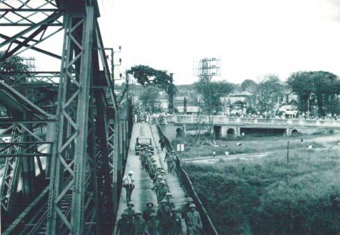 Đúng 16h, ngày 9/10/1954, những tên lính thực dân cuối cùng đã rút qua cầu Long Biên, còn bên kia làn đường cầu quân ta tiến vào kiểm soát thành phố. Sáng 10/10/1954, Ủy ban Quân chính thành phố và các đơn vị quân đội nhân dân chia làm nhiều cánh lớn đã mở cuộc hành quân lịch sử tiến vào Hà Nội.