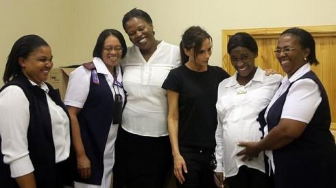 Nhà thiết kế thời trang Victoria Beckham và đội ngũ nhân viên của tổ chức Mother2Mother tại Trung tâm Y tế Cộng đồng Delft, Cape Town, Nam Phi