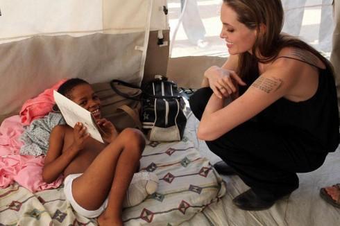 Tháng 5/2014, nữ Đặc phái viên của Cao ủy Liên Hợp Quốc về người tị nạn đã quyên góp 50,000 USD cho Hội Chữ thập đỏ ở các nước Bosnia, Herzegovina và Serbia để hỗ trợ các nạn nhân bị ảnh hưởng của lũ lụt.