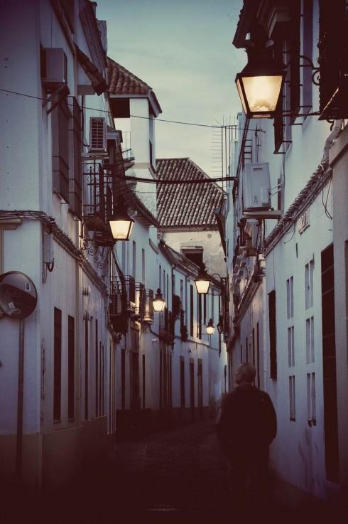 Ngõ phố ở Cordoba (Tây Ban Nha) lúc trời sụp tối. Chỉ lang thang vòng quanh là có thể nghe tiếng nhạc vẳng ra xa xăm từ bất cứ góc nào.