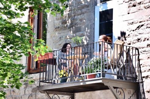 Montreal (Canada) vào mùa hè ngập tràn sức sống. Các festival âm nhạc nối đuôi nhau, nhà nhà chăm chút cho hoa lá trước cửa, và người ta làm đủ thứ việc ngoài trời để tận hưởng ánh nắng.