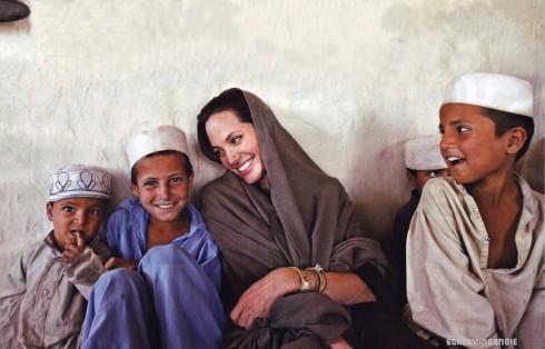 Trong quá trình hoạt động từ thiện hơn 10 năm qua, cô đã đi động viên và giúp đỡ người tị nạn trên 30 quốc gia, trong đó thậm chí có cả các khu vực chiến tranh như Iraq và Syria.
