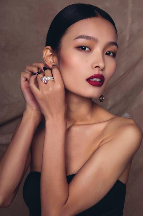 Họ và tên: Ling Liu<br> Tuổi: 22<br> DOB: 2/8/1992<br/>Ảnh: Hoa tai khảm kim cương và ngọc trai, Nhẫn kim cương và ngọc trai Trinity de Cartier CARTIER