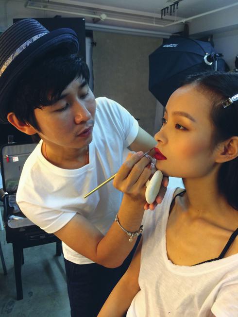 Linh Liu và chuyên gia trang điểm Tùng Châu chuẩn bị cho bộ ảnh Take a Bow của ELLE Việt Nam