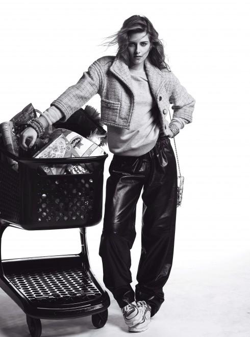 Áo jacket vải tweed, quần da bê Chanel, Áo len cotton tổng hợp A.P.C, Túi xách plexiglass Chanel, Vòng tay kim loại và vải tweed, plexiglas Chanel, Giày sneaker Chanel