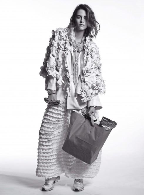 Áo jacket vải lanh Chanel, Quần chất liệu cotton và polyamide Chanel, Vòng cổ kim loại, vàng và ngọc trai Chanel, Vòng tay kim loại, plexiglas, pha lê Chanel, Kính mắt vải tweed Chanel, Giày sneaker Chanel, Sơmi lụa Rosie Assoulin