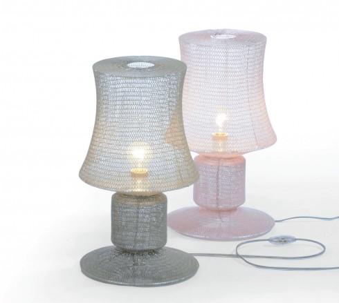 Vẻ đẹp nữ tính <br/>Nếu muốn ngôi nhà hiện đại của bạn có một chút nữ tính, có lẽ chiếc đèn Knitted Lamps của Studio Meike Harde là một lựa chọn bạn nên cân nhắc. Với dáng vẻ thanh nhã, phần lưới được đan từ sợi polyester và nhuộm acrylic, tạo nên cảm giác mềm mại, nhẹ nhõm. Chiếc đèn bàn này sẽ thể hiện công năng một cách hoàn hảo nhất khi bạn bày nó trước một bức tranh hay một tấm ảnh.