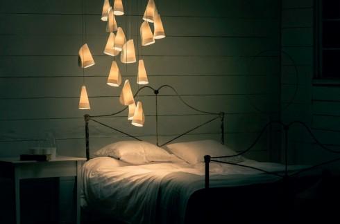"""Chùm đèn tản sáng <br/>Bộ đèn có cái tên đơn giản """"21"""" của thương hiệu Bocci là một khám phá mới của hệ thống sản xuất analog, một lớp sứ mỏng được đắp lên thủy tinh tạo ra hiệu ứng tản sáng. Chính vì thế, ánh sáng từ chùm đèn này gần tương tự như ánh sáng tự nhiên, và mẫu mã của đèn cũng thân thiện. Bộ đèn cũng được sắp xếp để từng chiếc đèn như đang chạm vào chiếc kia, cùng tạo ra một cấu trúc lớn hơn. Bộ đèn sử dụng bóng LED, tiết kiệm năng lượng, thích hợp cho cả phòng ăn, phòng ngủ, phòng khách."""