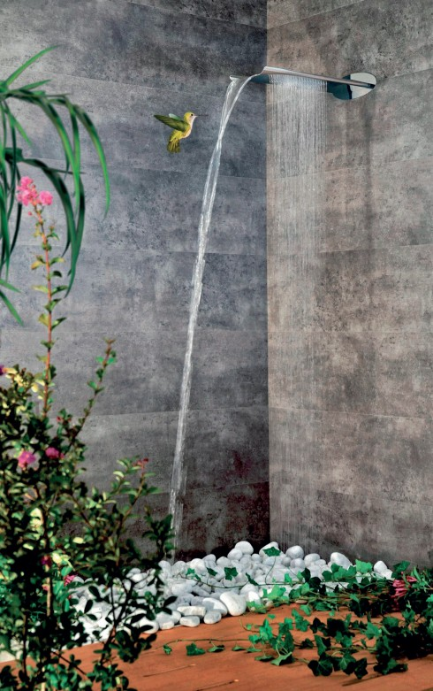Mưa trong nhà tắm <br/>Nhà thiết kế Massimiliano Settimelli đã thiết kế ra một sản phẩm kết hợp được cả vòi nước và hoa sen vào một, với hình thức vô cùng đơn giản mà hiệu quả. Sản phẩm được tạo ra từ thép chống gỉ, có khối lượng nhẹ, lấy cảm hứng từ những thác nước tự nhiên, và mang lại cảm giác thú vị hơn nữa nếu bạn chọn những bức tường đá và trồng những chậu dương xỉ (loài cây thích ẩm) trong phòng tắm. Sản phẩm thuộc dòng Comfort của Webert.