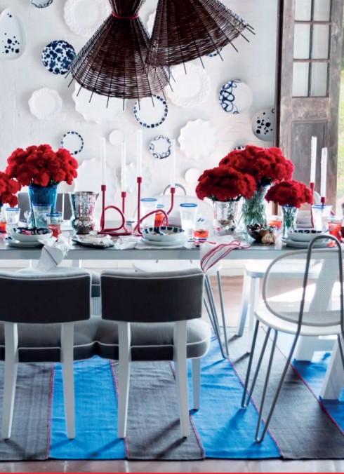 """Cảm hứng đại dương <br/>Bộ sưu tập do nhà thiết kế Paola Navone hợp tác cùng Crate and Barrel lấy hình ảnh của mặt biển xanh, hình ảnh của những chú cá và vườn ôliu bên bờ biển. Nhà thiết kế nổi tiếng với những họa tiết vui mắt, phức tạp mà vẫn thanh lịch tạo thêm điểm nhấn cho bộ sưu tập cả nội thất và ngoại thất của mình bằng những màu sắc mạnh. Màu xanh ngọc lam, màu đỏ san hô mang lại sức sống cho cả không gian. Tác giả của các sản phẩm cho biết: """"Đây là bộ sưu tập tràn đầy năng lượng được lấy cảm hứng từ những chuyến đi picnic vui vẻ. Tỏa sáng và sặc sỡ, mỗi món đồ lại có một cá tính riêng"""". Bên cạnh đó, bộ sưu tập cũng cung cấp những chiếc bàn, ghế lớn màu trắng với các điểm nhấn họa tiết ở phần chân hay đệm ngồi."""
