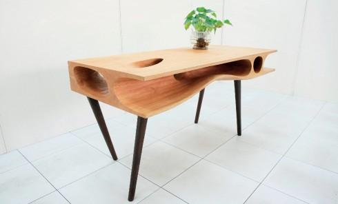 """Làm việc cùng mèo yêu<br/>Nhà thiết kế Ruan Hao thuộc công ty LYCS Architecture đã tạo ra chiếc bàn dành cho những người yêu mèo. Thiết kế với những đường """"hầm"""" uốn lượn bên dưới mặt bàn, bạn có thể yên tâm làm việc mà không sợ mèo yêu phá quấy vì người bạn nhỏ này đã có chỗ để chơi, ẩn nấp hoặc nằm ngủ ngay cạnh bạn. Chiếc bàn này được làm bằng tay, do những người thợ lành nghề thực hiện để tạo ra khoảng trống phù hợp với tập tính thích khám phá và ẩn nấp của mèo."""