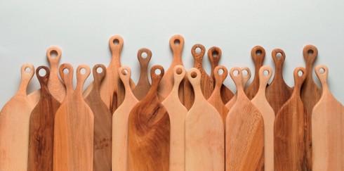 Đồ bếp xinh xắn <br/>Những chiếc thớt có thiết kế ngộ nghĩnh và tiện dụng của Hampson Woods giúp bạn có thêm niềm vui trong công việc bếp núc. Với nguồn gỗ do các chuyên gia về cây tuyển chọn từ thành phố Hampson (Anh), chiếc thớt có khả năng chịu lực tốt và giúp bạn thái, chặt dễ dàng. Mỗi chiếc thớt cũng do một người thợ khéo tay tạo dáng và được đánh bóng bằng dầu ôliu. Chính vì thế, khi không sử dụng, chiếc thớt có thể trở thành một vật trang trí đáng yêu cho nhà bếp. Sản phẩm có mức giá từ 25 đến 35 bảng, tùy theo kích cỡ.