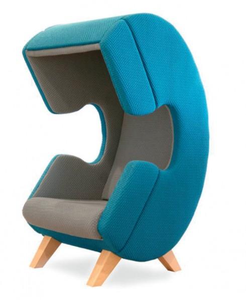 Góc riêng tư <br/>Công ty kiến trúc Hà Lan, Ruud Van de Wier, mang đến cho bạn một góc riêng khi cần gọi điện thoại cho ai đó. FirstCall - chiếc ghế rộng rãi cho một người sử dụng nhưng không quá chiếm chỗ, được thiết kế sao cho người sử dụng cảm thấy thoải mái nhất trở thành buồng điện thoại lý tưởng. Với hình dáng như một chiếc điện thoại kiểu xưa, chiếc ghế này có thể chặn bớt các âm thanh bên ngoài và giúp bạn giữ được sự riêng tư. Đây là món nội thất rất phù hợp tại các văn phòng hoặc các tiền sảnh lớn, đông người qua lại.