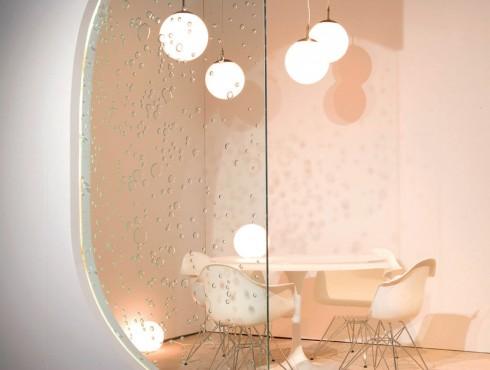 Mặt kính thay đổi không gian <br/>Tấm kính có tên Poured Glass là thiết kế của Studio by 3form, với mục đích tạo ra không khí mới cho văn phòng và không gian nhà ở, khách sạn thay cho loại kính trong suốt thông thường. Loại kính này sử dụng công nghệ ép thêm một lớp họa tiết vào giữa hai lớp kính, tạo ra hiệu quả thị giác thú vị, thay đổi độ sâu của các không gian và phá vỡ tính song song. Điều đặc biệt là sản phẩm này được làm ra từ các vật liệu tự nhiên và dễ dàng tái chế. Studio by 3form cung cấp nhiều loại họa tiết với 40 màu sắc khác nhau.