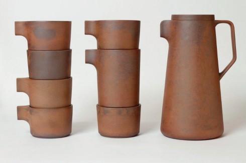 Dấu ấn dân dã<br/> Mà vẫn rất hiện đại, đó là ấn tượng về bộ pha trà bằng gốm làm từ đất sét tử sa Silt của Lin's Ceramics Studio. Loại gốm này được nung lửa với độ nóng gấp đôi bình thường trong lò suốt 48 giờ, chứng minh cho chất lượng loại đất sét cao cấp đã được sử dụng. Đã có 50 bộ trà được sản xuất, mỗi bộ lại có một màu sắc riêng tùy thuộc vào độ nóng của lò. Ấm tử sa là một món đồ không thể thiếu của những người sành trà vì loại ấm này giữ được nhiệt, hương vị của trà và khó bị nứt. Khi dùng loại ấm chén này, người dùng cũng tránh sử dụng các hóa chất mà chỉ dùng nước để rửa.