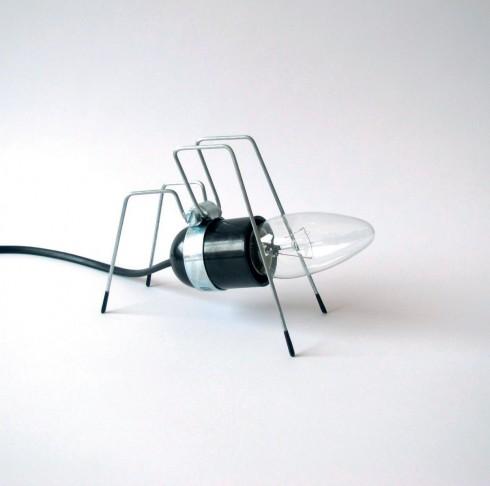 """Đèn bàn """"con bọ"""" <br/>Bộ sưu tập đầy sáng tạo và gần gũi với tự nhiên mang tên Bug Lights được làm từ các nguyên liệu đơn giản. Bóng đèn là phần đầu, cơ thể và giá đỡ là những chiếc chân mảnh khảnh. Ba phiên bản giới thiệu một con kiến, một con nhện và một con bọ ngựa. Omer Inbar, tác giả của bộ sưu tập này cho biết anh muốn biến những chiếc đèn bàn thành """"những vật cưng"""" của người sử dụng trong thiết kế giản dị nhưng hiệu quả. Những chiếc đèn này chỉ tỏa ra ánh sáng mờ, phù hợp cho phòng ngủ."""
