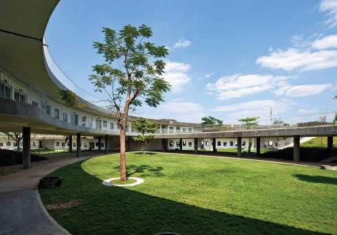 Các lớp học được bố trí dọc theo mái nhà hình xuyến. Các lam bê tông sẽ tạo bóng râm và làm giảm cường độ ánh nắng mùa Hè gay gắt cho các lớp học.