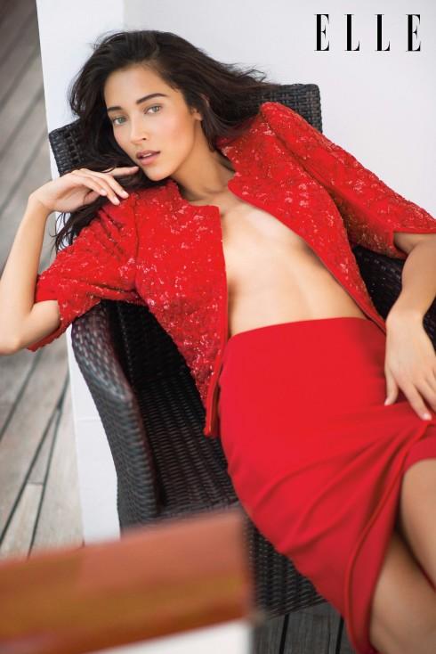 Armani Privé<br/>Áo khoác ngắn thêu hoa, đính kim sa và thạch anh. Chân váy quấn bằng chất liệu lụa crêpe.