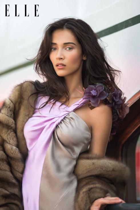 Schiaparelli Haute Couture<br/>Tấm choàng lông thú cùng đầm lụa satin hai mảng màu đính hoa.