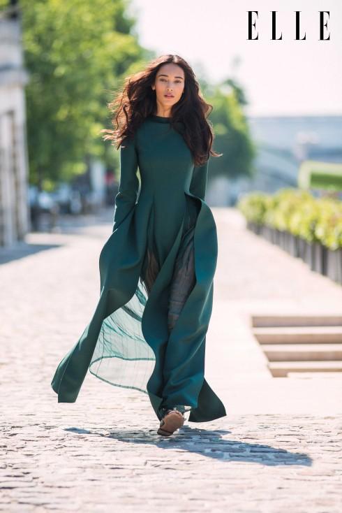 Valentino Couture<br/>Đầm bằng chất liệu len nhuộm kết hợp vải muxơlin mỏng, đính đá malachite và ngọc lục bảo. Dép sandals bằng da.