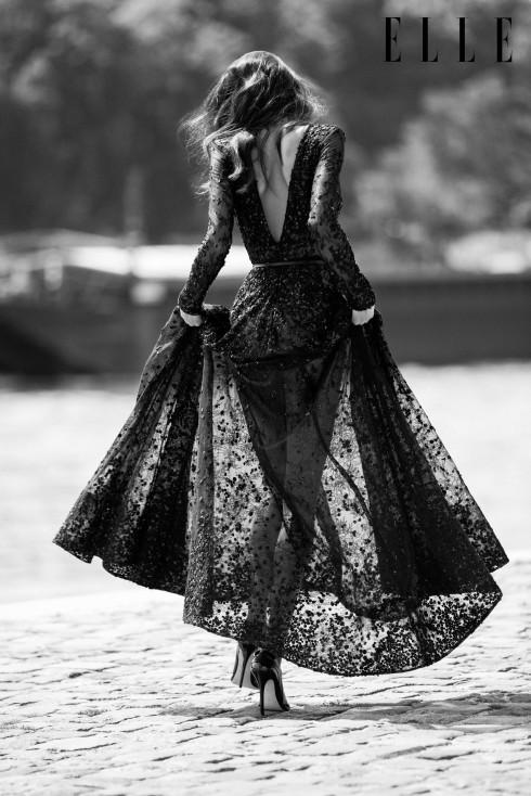 Elie Saab Haute Couture<br/>Đầm dài bằng ren đen, sợi, lụa và đính kim tuyến, thêu với pha lê Swarovski.