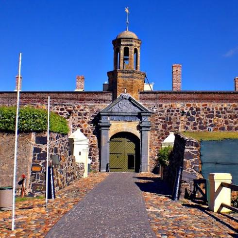 Rất nhiều khách tham quan kể rằng họ đã từng nghe tiếng người nói chuyện và tiếng bước chân vọng lại từ các ngục tối kín như bưng trong lâu đài Hảo Vọng