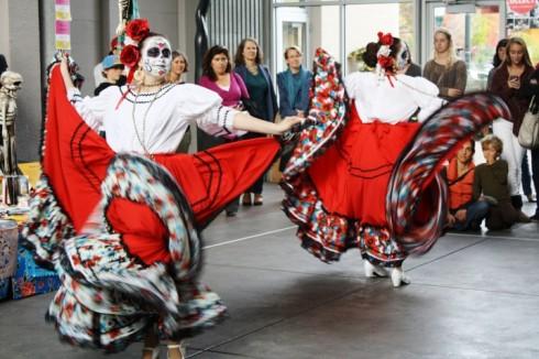 Mặc dù đây là lễ hội dành cho những người chết nhưng bao trùm khắp lễ hội Día de Los Muertos là một không khí vui tươi, sôi động, đầy sắc màu Latin