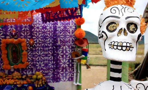 Xương người và hộp sọ giả được dùng như những món đồ trang trí trên đường phố