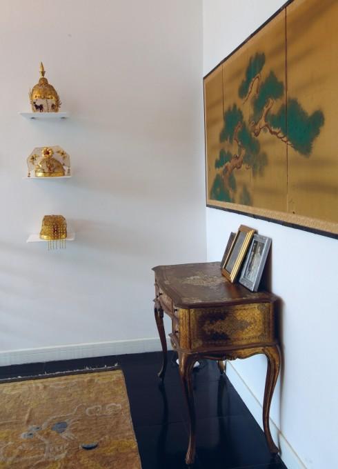 Giữ lại một cách khéo léo qua những món đồ cổ: vương miện cung đình, chiếc bàn thếp vàng