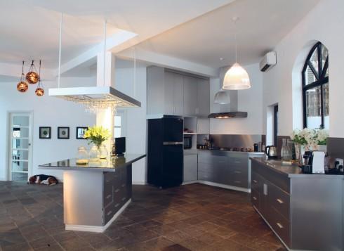 Lấy gạch xám chuyên lát ngoài trời để lát trong phòng khách và bếp