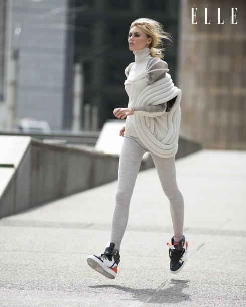 Áo khoác không tay, áo sweater cổ lọ và quần leggings Jean Paul Gaultier, Giày sneakers da Suecomma Bonnie (mang xuyên suốt bộ hình)