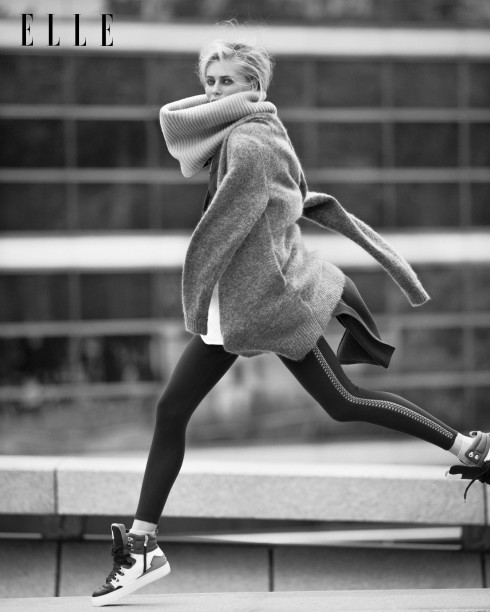 Áo cardigan len và lông thỏ Angora Acné Studios, Áo khoác len Sportmax, Áo len cổ lọ ngoại cỡ Pierrelouis Mascia, Quần leggings Azzedine Alaia