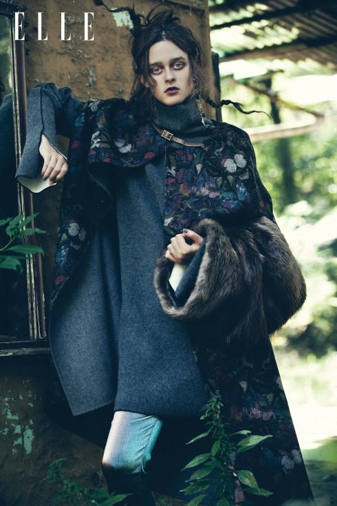 Áo khoác dài Valentino, Áo sweater, khăn lông giữ ấm tay và hoa tai Céline, Quần Chanel
