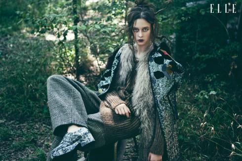 Áo khoác dài Dolce & Gabbana, Áo vest chất liệu lông Cristiano Burani, Áo sweater Max Mara, Quần và giày Trussardi, Vòng cổ Chanel