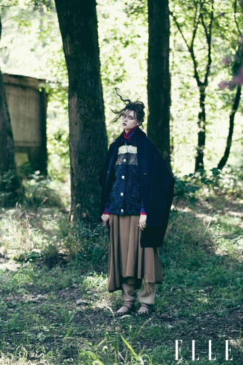 Áo khoác dài Céline, Áo khoác lông Miu Miu, Chân váy Hermès, Quần Julian Zigerli, Nhẫn Just Cavalli, Giày đế bằng Dolce & Gabbana