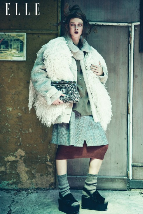 Áo khoác dài da cừu và chân váy kẻ ca rô Trussardi, Áo cardigan (mặc như khăn choàng) Zadig & Voltaire, Áo sơmi và tất Hermès, Đầm dài Max Mara, Clutch Dolce & Gabbana, Giày đế xuồng Fatima Val