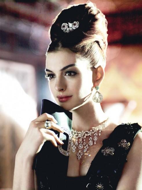Anne Hathaway trong một shoot ảnh hoá trang nhân vật Holly Golightly.