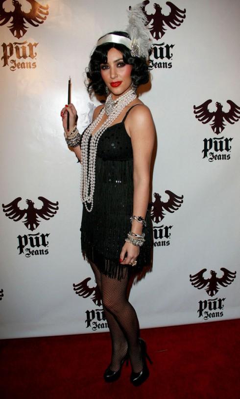 Kim Kardashian trong bộ trang phục flapper vào lễ hội Halloween