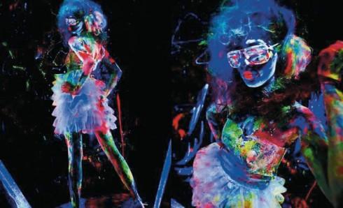 Chương trình Illumination: Become the Light còn xen kẽ những phần biểu diễn âm nhạc thể hiện bởi các vũ công được hoá trang kỹ lưỡng nhằm phát sáng rực rỡ dưới ánh đèn UV.
