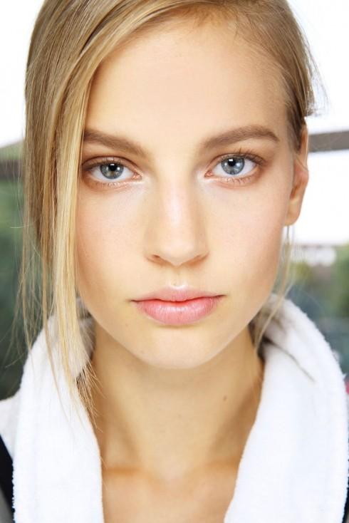 """Với phong cách """"no-makeup"""", điều bạn cần chỉ là một lớp nền được chăm chút kỹ lưỡng và trông thật tự nhiên."""