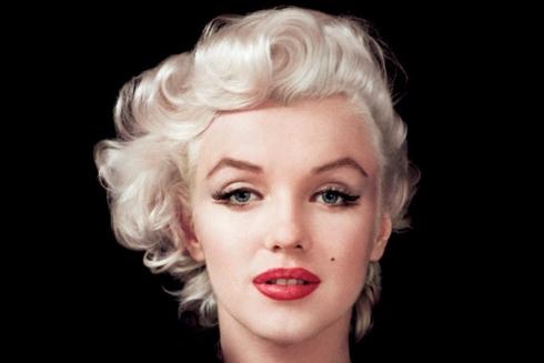 """Nhìn kỹ vào những bức ảnh của Marilyn Monroe, bên cạnh đường kẻ mắt đen đậm ở mí trên, cô ấy còn kẽ một đường đen mảnh ở mí dưới kéo dài ra khỏi mi mắt. Cách trang điểm này tạo hiệu ứng """"bóng đổ"""" rợp xuống của hàng mi, tạo cho cô đôi mắt cực kì ấn tượng, hút hồn vì vẻ mơ màng như vừa choàng tỉnh khỏi một giấc mơ."""