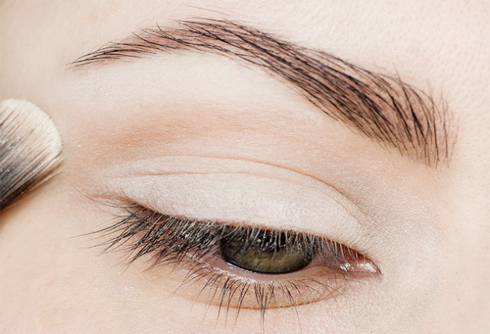 Phủ phấn mắt màu trắng matte lên khắp bầu mắt