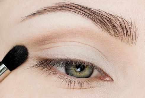 Thoa phấn mắt màu đồng matte lên xương hốc mắt như trong hình.
