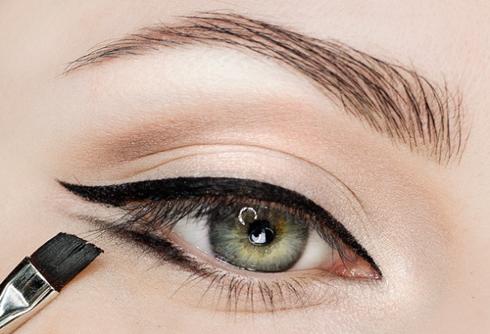 Dùng gel vẽ từ phân nửa mi mắt dưới kéo dài qua khỏi đuôi mắt.