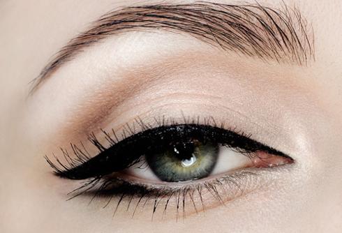 Gắn lông mi giả và chải mascara cho mi thật cong. <br /> Bạn có thể đeo thêm kính sát tròng màu xanh là hoặc xanh dương để đôi mắt xanh biếc như mắt Marilyn.