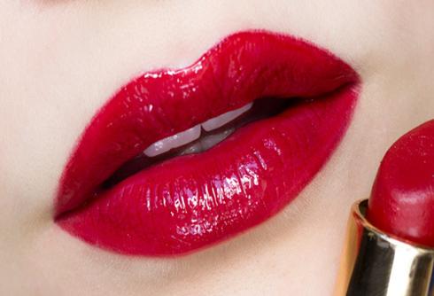 Một lớp son đỏ lì và thêm một lớp son bóng màu đỏ sẽ giúp môi bạn căng mọng.