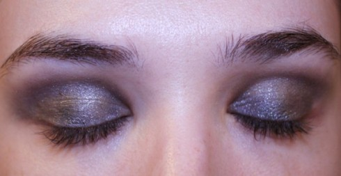 Thoa phấn mắt màu khói lên khắp bầu mắt trên và mí mắt dưới